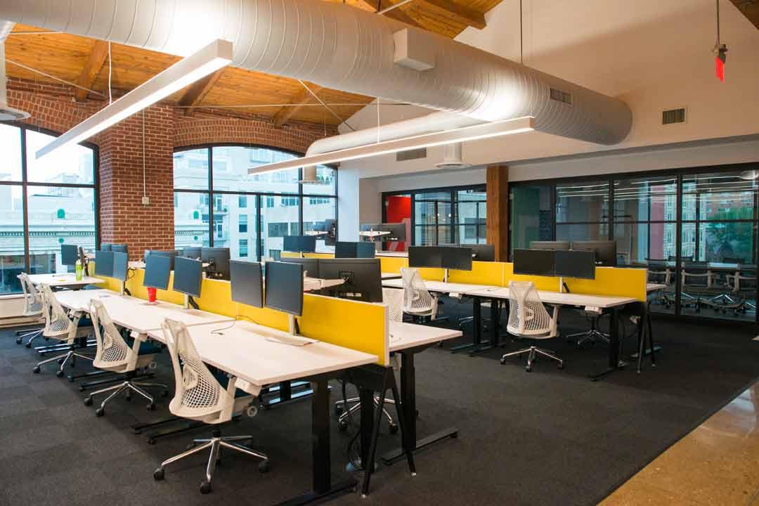 Modern Open-Desk Work Spaces in Office